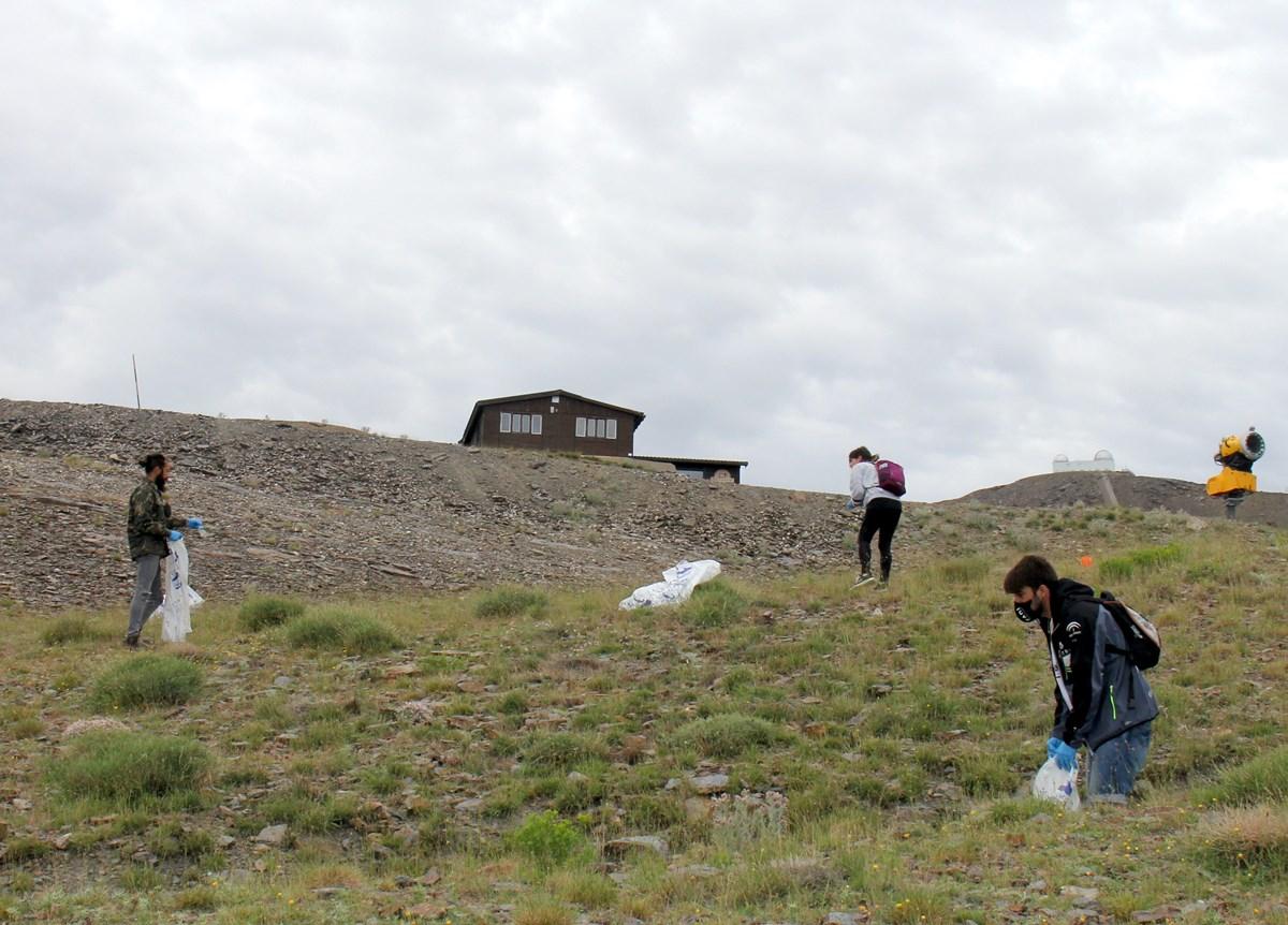 Sierra Nevada limpia de residuos el área esquiable